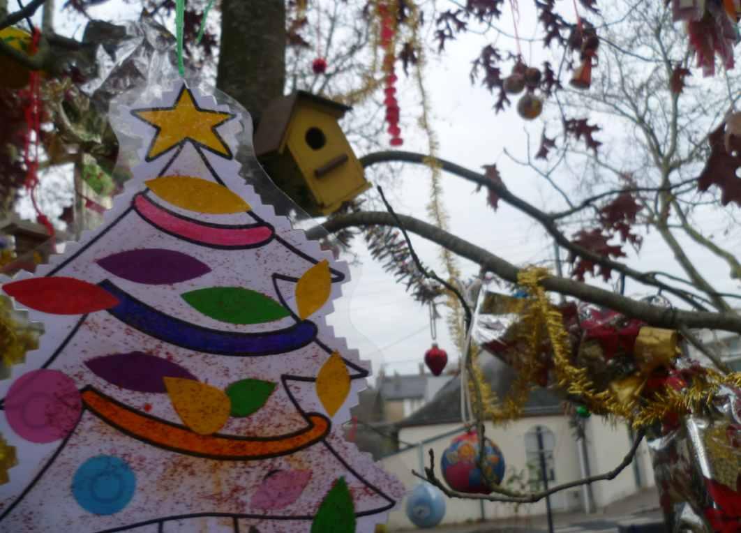 Décoration de notre arbre de noël sur la place du 116